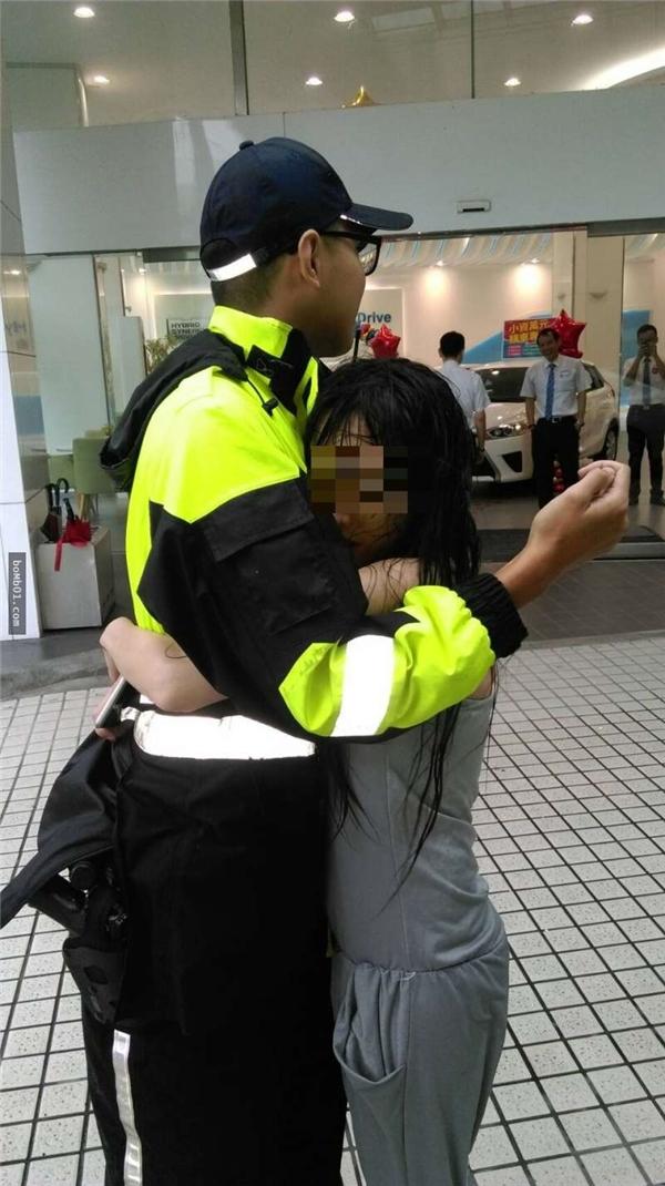 Khi nhận được thông tin một cô gái trẻ đang trong trạng thái không ổn định, chàng cảnh sát vội đến nơi an ủi cô,bất ngờ cô gái ôm chặt lấy anh khiến anh chàng không kịp trở tay.