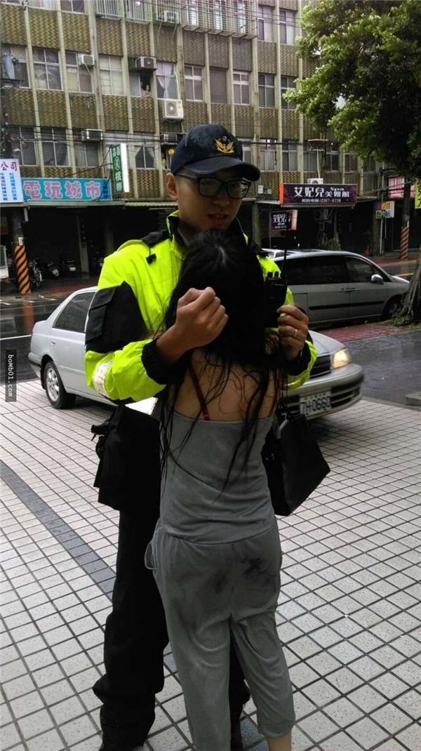 Anh chàng cảnh sát tốt bụng cứ lặng yên đứng đó để cô gái ôm lấy anh và nức nở khóc. Hành động tuy đơn giản nhưngcao đẹpcủa anh nhận được hàng loạt lời khen ngợi.