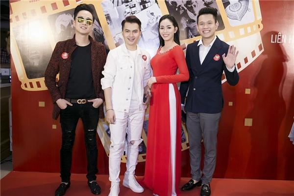 Người đẹp chụp ảnh cùng một số anh chị em đồng nghiệp như Nhật Tinh Anh, Ngọc Khanh (cựu thành viên nhóm V-Music),...