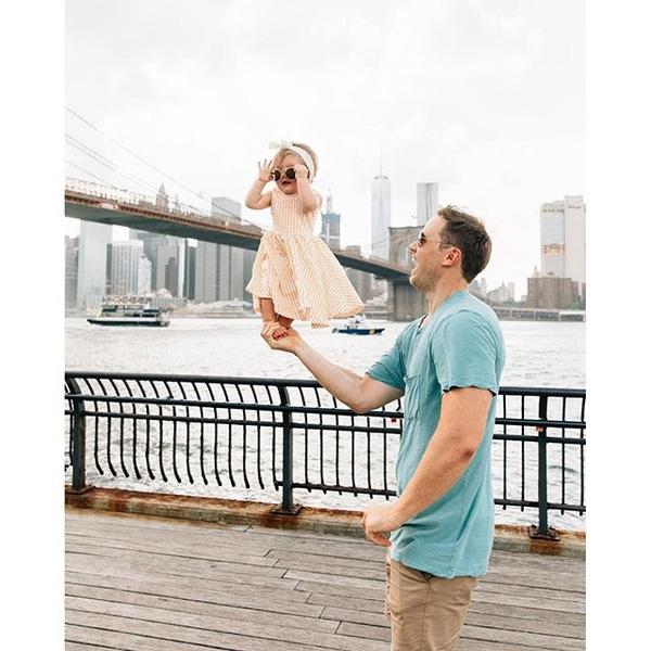 """Bộ ảnh đáng yêu được người dùng mạng Việt Nam đặt cho tên gọi """"Bố đưa con đi khắp thế gian"""" khiến bất cứ ai, dù chỉ là vô tình liếc qua, cũng phải xuýt xoa vì độ độc đáo trong cách tạo dáng của 2 cha con cũng như vẻ xinh yêu của cô bé trong vòng tay cha."""