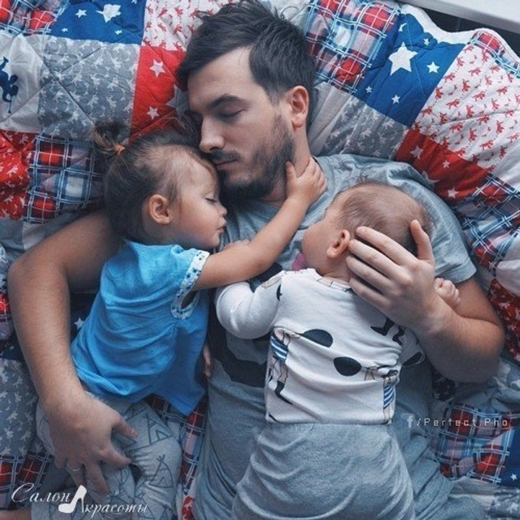 Bố thức cùng con, ngủ cùng con.