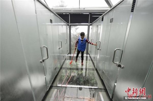 Dân mạng tranh cãi vì nhà vệ sinh công cộng xuyên thấu trên sườn dốc