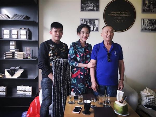 Mới đây, theo chia sẻ của Nam Em trên trang cá nhân, cô và stylist đã tìm lại được chiếc váy sau nhiều ngày thất lạc. Và người trao trả lại chiếc váy là một cụ ông đã 78 tuổi.