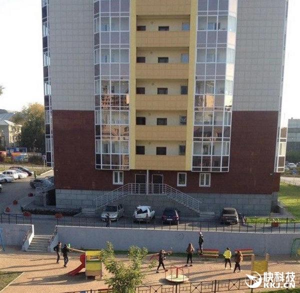 Để chứng tỏ bản thânAlexander đã đứng trên ban công nhà mình trên tầng thứ 23, tuy nhiên cậuchàng đã mất thăng bằng và rơi xuống.