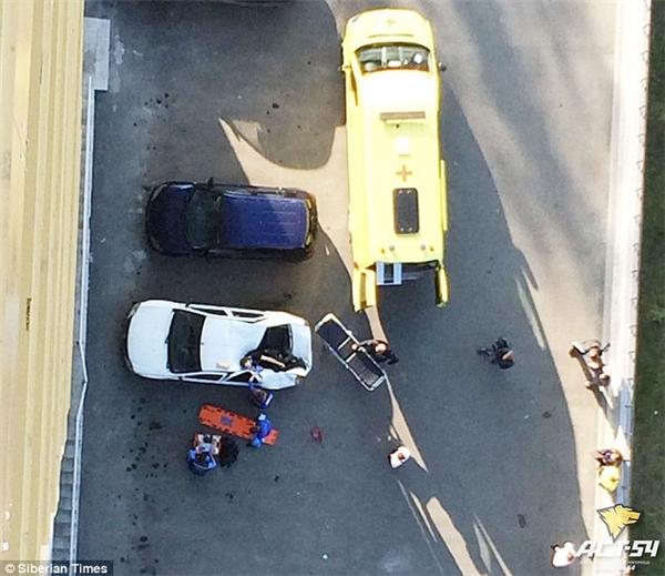 Alexanderrơi ngay vào chiếc ô tô đậu bên dưới tòa nhà.