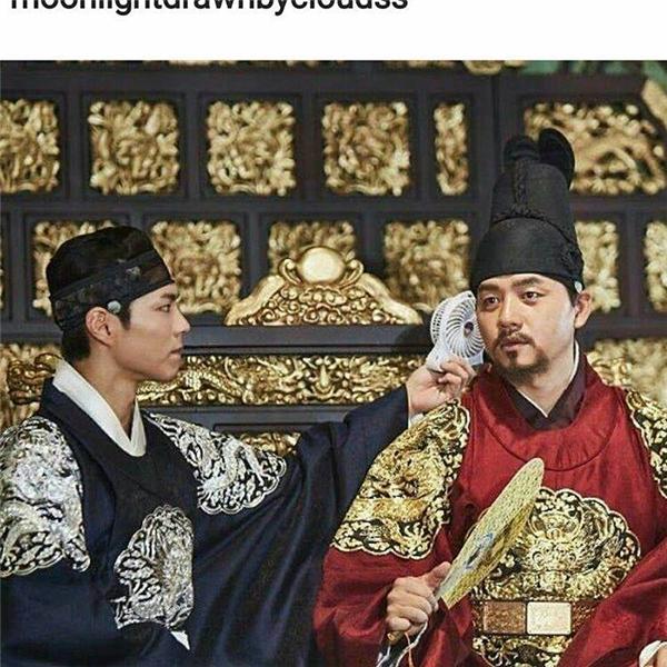 """""""Thái tử"""" Park Bo Gum không quên chăm sóc cho phụ hoàng Chun Ho Jin."""