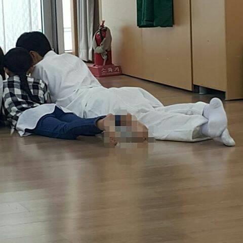 """Một trong những điểm chung giữa Thái tử Lee Young và Park Bo Gum chính là tình yêu thương dành cho trẻ con. Hầu hết các diễn viên nhí trong phim đều bị nam diễn viên """"bắt cóc"""" chụp ảnh chung. Đặc biệt là ngôi sao nhí Heo Jung Eun trong vai công chúa Young Eun luôn như """"hình với bóng"""" cùng anh trong hậu trường."""
