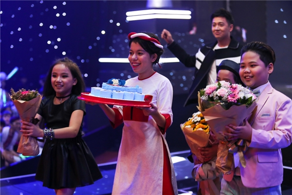 Các bé trong đội Vũ Cát Tường đã chuẩn bị hoa và bánh sinh nhật để tặng cô giáo. - Tin sao Viet - Tin tuc sao Viet - Scandal sao Viet - Tin tuc cua Sao - Tin cua Sao