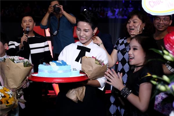 Mẹ của Vũ Cát Tường (góc phải) cũng lên sân khấu mừng sinh nhật con gái. - Tin sao Viet - Tin tuc sao Viet - Scandal sao Viet - Tin tuc cua Sao - Tin cua Sao