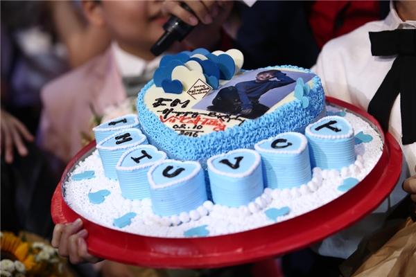 Chiếc bánh sinh nhật được các bé học trò chuẩn bị tặng Vũ Cát Tường. - Tin sao Viet - Tin tuc sao Viet - Scandal sao Viet - Tin tuc cua Sao - Tin cua Sao