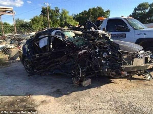 Chiếc xe tan nát sau vụ tai nạn kinh hoàng.