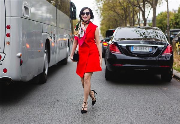 Dù không quá ồn ào nhưng bà Lưu Nga, chủ nhân một thương hiệu thời trang ứng dụng danh tiếng tại Việt Nam liên tục có mặt tại các tuần lễ thời trang danh giá trong những năm qua. Trong khuôn khổ Tuần lễ Thời trang Paris Xuân - Hè 2017 này, bà Lưu Nga vinh dự trở thành khách mời cho show diễn của nhà mốt trứ danh thế giới Dior. Cơ hội này được hàng triệu tín đồ thời trang trên thế giới mong muốn có được.