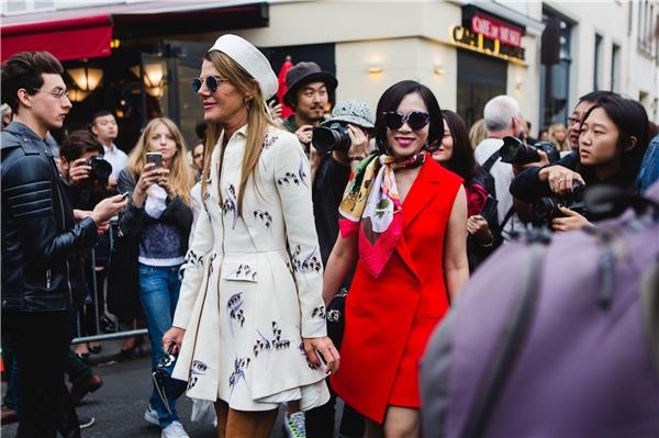 """Ngoài ra: """"Quyền lực còn đến từ các tín đồ thời trang, sự có mặt của những ngôi sao, doanh nhân hàng đầu thế giới và người hâm mộ. Những show diễn của Balmain, Dior, Chanel thường """"hot"""" nhất. May mắn thì có được tấm vé để ngồi chung với những sao hạng A hàng đầu thế giới, nếu không thì được đón nhận không khí lễ hội và sức nóng của đam mê là được rồi""""."""