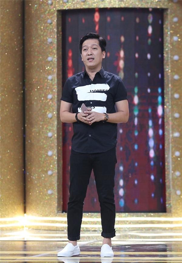 """Cụ thể, trong đoạn trò chuyện với khách mời chính -Phan Đinh Tùng trên sân khấu,MC Trường Giang đã dành nhiều lời ngợi khengiọng hát với âm vực """"có một không hai"""" màPhan Đinh Tùng đang sở hữu. Ngoài ra, """"Mười Khó""""còn bày tỏ sựthán phục trước cuộc sống bình dị, nói không với scandal của nam ca sĩ. - Tin sao Viet - Tin tuc sao Viet - Scandal sao Viet - Tin tuc cua Sao - Tin cua Sao"""