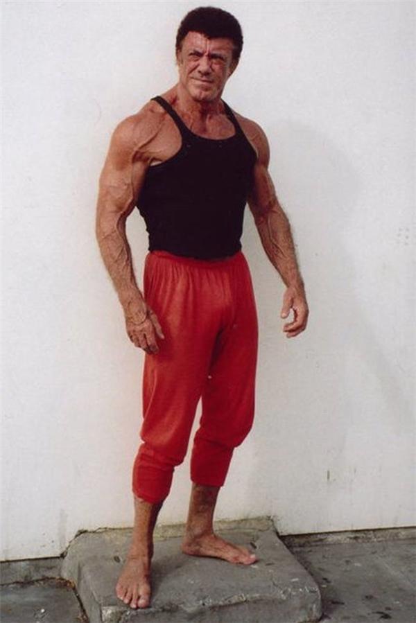 Người đàn ông này đã bước qua tuổi 70.