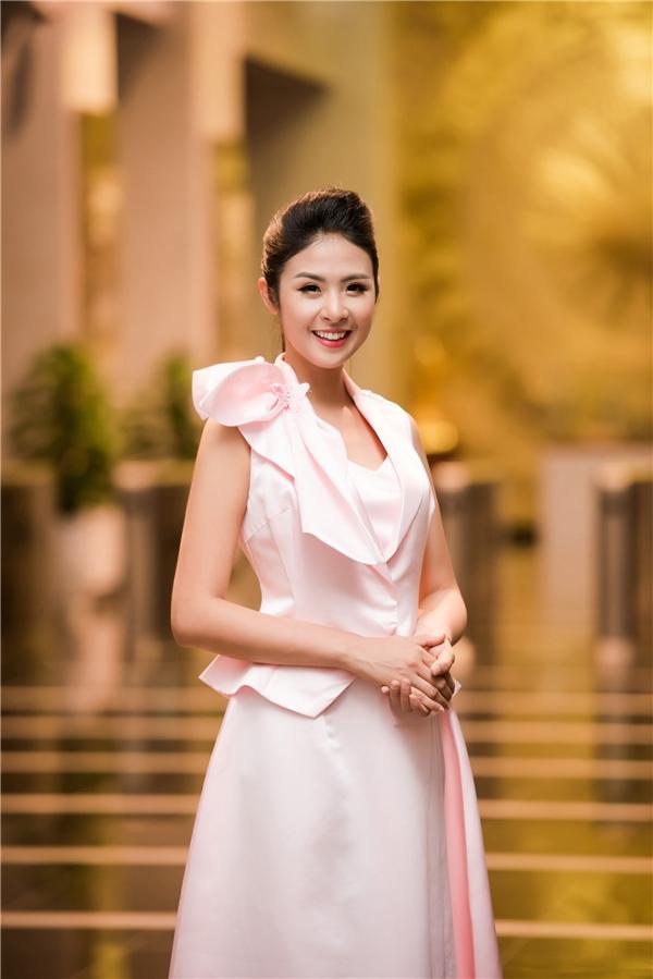 Tối 30/10, trong ngày thứ 2 của Tuần lễ Thời trang Việt Nam Xuân Hè 2017 diễn ra tại Hà Nội, Hoa hậuNgọc Hân đã giới thiệu bộ sưu tập mới.
