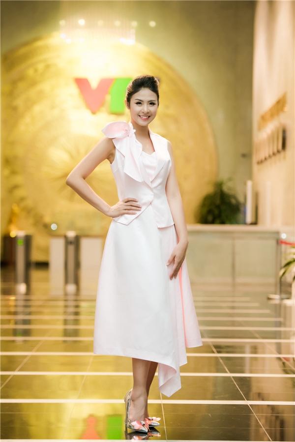 Hoa hậu Việt Nam 2010 chia sẻ, cô lấy cảm hứng thiết kế bộ sưu tập khi có dịp sang Pháp và ghé thăm ngôi nhà của họa sĩ nổi tiếng Claude Monet.