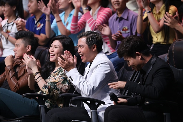 Trong khi đó, khán giả tại trường quay được dịp bùng nổ tiếng vỗ tay hưởng ứng sau lời chia sẻ hóm hỉnh của nam ca sĩ Quang Linh. - Tin sao Viet - Tin tuc sao Viet - Scandal sao Viet - Tin tuc cua Sao - Tin cua Sao