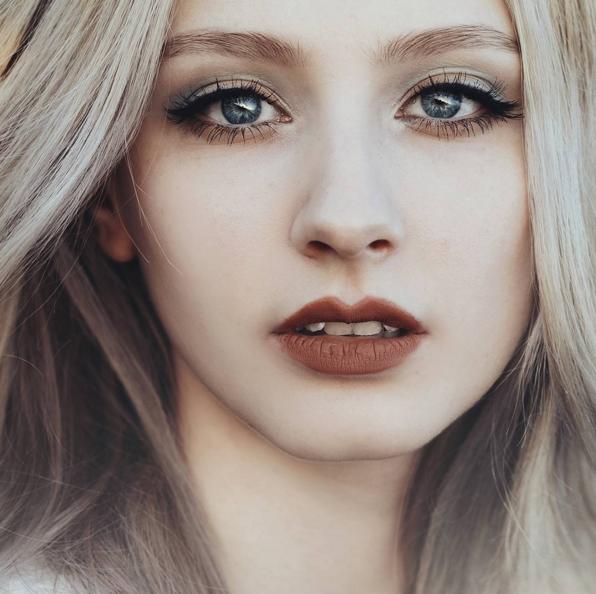 Đôi mắt xanh bí ẩn chính là điểm nhấn khiến mọi người không thể rời mắt khỏi cô nàng.