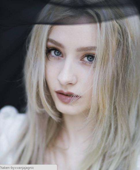 Cô nàng sở hữu gương mặt thanh thoát, vóc dáng cao ráo và làn da trắng ngần vô cùng xinh đẹp.