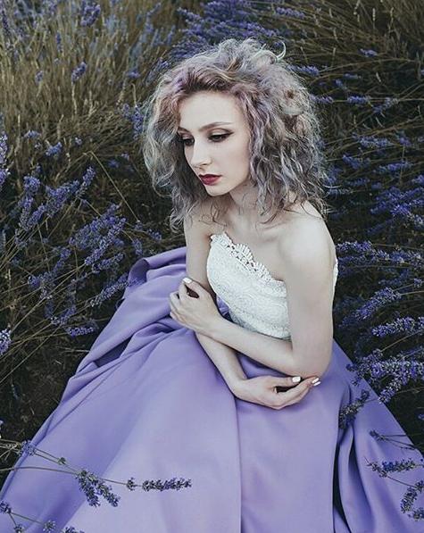 Dù chỉ mới 21 tuổi nhưng cô nàng luôn toát lên nét đẹp chững chạc, sắc sảo.