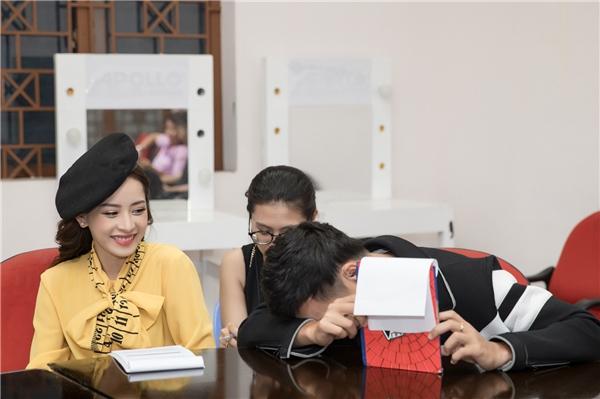 Cô tranh thủ duyệt kịch bản cùng Ngô Kiến Huy trước khi lên sân khấu.