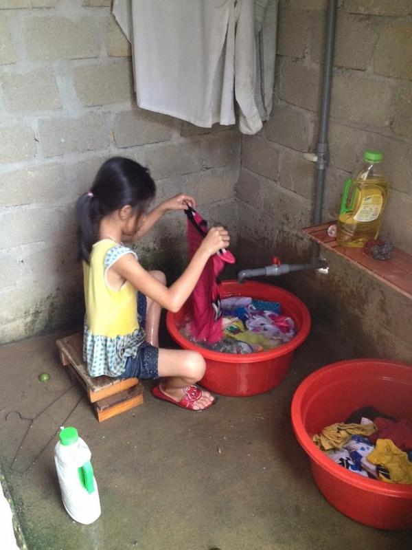 9 tuổi mà biết nấu ăn giặt giũ, đúng là con gái cục vàng, vừa ngoan vừa khéo, ai mà chẳng ước ao!