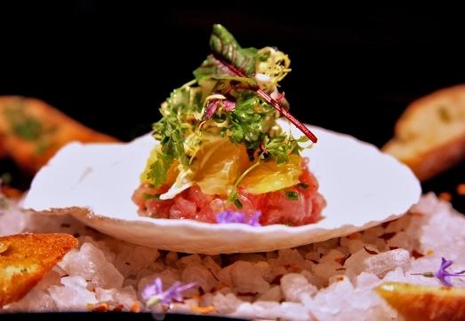 Được gọi là vua của món sushi, cá ngừ vây xanh là món ăn siêu hiếm và cực kì đắt đỏ của Nhật Bản. Mức giá kỉ lục của món ăn này lên đến 1,76 triệu đôla (24 tỷ VND).