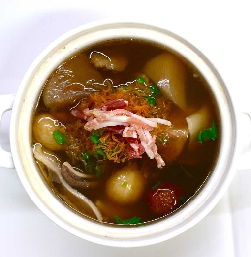 """Gồm nhiều nguyên liệu như nấm Nhật, sò điệp khô và dưa chuột,... """"Phật nhảy qua tường"""" là món súp cá đắt tiền nhất thế giới. Món súp này được bán tại Kai Mayfair, London và được ăn vào những ngày mưa trong mùa đông với giá 169,86 đô la (3,7 triệu VND). Để được thưởng thức món ăn này bạn cần phải đặt trước năm ngày."""