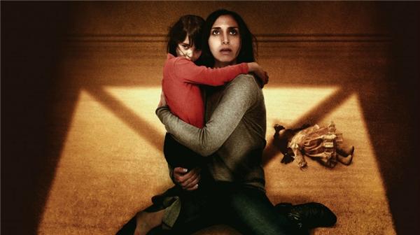 Bóng Ma Trong Gió là tác phẩm kinh dị, hợp tác giữa Anh, Jordan và Qatar doBabak Anvari làm đạo diễn. Lấy bối cảnh thập niên 1980 ở thủ đô Tehran (Iran), phim xoay quanhcâu chuyện về hai mẹ conShideh vàDorsa cùng với những rắc rối mà họ gặp phải sau giai đoạncăng thẳngcủa cuộc chiến tranh Iran-Iraq.Trong phim, chồng củaShideh phải rachiến trường, bỏ lại hai mẹ con hàng ngày phải chống chọi với những cuộc tập kích bất ngờ của quân địch và cả những thế lựcsiêu nhiênbí ẩn xung quanh ngôi nhà đe dọa. Bộ phim được Anh chọn làm đại diện dự tranh vòng sơ tuyển cho hạng mục Phim nước ngoài xuất sắcở giải Oscar lần thứ 89 sắp tới.Phimdự kiến khởi chiếu vào này 7/10.