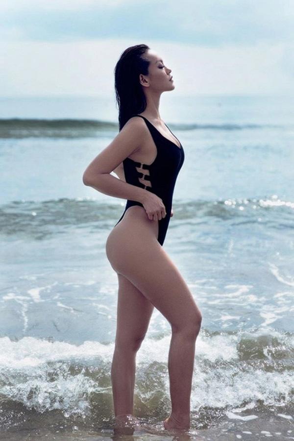 Tuy nhiên với cá tính mạnh cùng tư duy khác biệt, nữ người mẫu hầu như không mấy bận tâm. Sau bộ trang phục khó hiểu, thậm chí hơi kì quặc trong một buổi họp báo vào cuối tháng 9 vừa qua, Mai Ngô tiếp tục khẳng định sự táo bạo của cô nàng qua loạt ảnh bikini nóng bỏng. Dù hình thể không phải là thế mạnh nhưng có thể thấy Mai Ngô vô cùng tự tin vào bản thân.