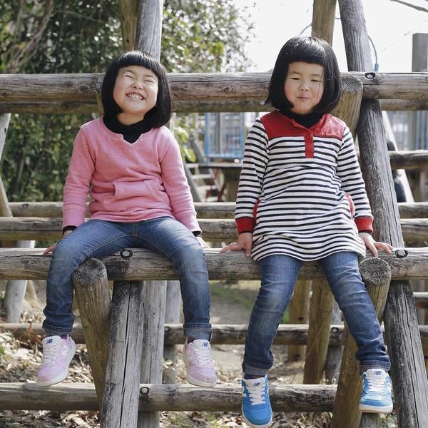 Qua ống kính của bố, hai chị em sinh đôi dễ thương thể hiện tính cách nghịch ngợm, tràn đầy năng lượng và tình cảm gắn bó thân thiết.