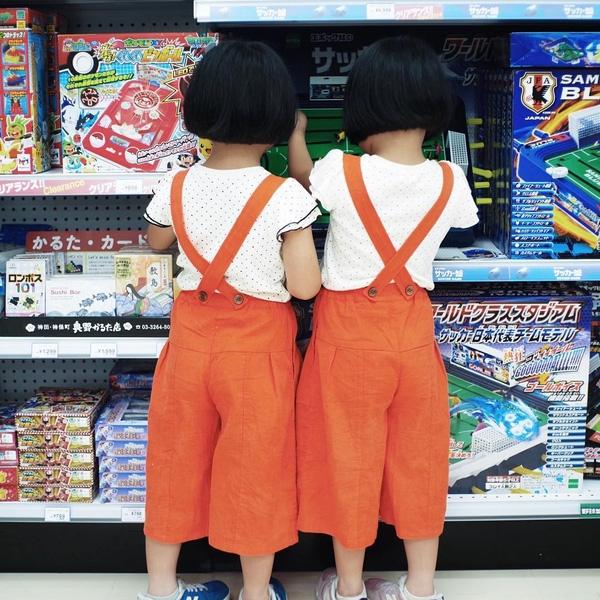 Hai chị em giống nhau như hai giọt nước từ kiểu tóc đến quần áo cùng với những sắc thái đáng yêu làm tan chảy trái tim mọi người