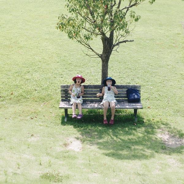 Trong hàng loạt bức ảnh chụp hai cô con gái song sinh của mình, Akira Ozawa còn cho độc giả thấy rất nhiều khung cảnh thiên nhiên tươi đẹp nơi các bé sinh sống