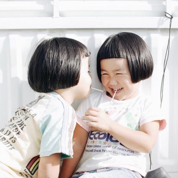 Tuổi thơ vui tươi của hai chị em luôn ngập ngàn tiếng cười