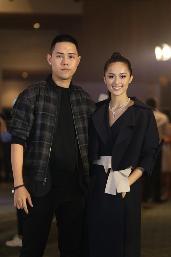 Đồng hành cùng Hạ Vi trên thảm đỏ là nhà thiết kế Lâm Gia Khang -người anh khá thân thiết của cô.