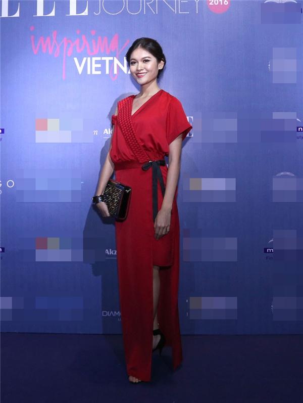 Á hậu Việt Nam 2016 Huỳnh Thị Thùy Dung gây ấn tượng mạnh với sắc đỏ nổi bật cùng thiết kế có cấu trúc bất đối xứng.
