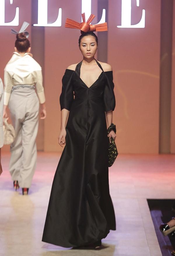Người chốt màn show diễn của nhà thiết kế Nuchsuda là Hoa hậu Việt Nam 2014 Kỳ Duyên. Đây là lần hiếm hoi cô tham gia một đêm tiệc thời trang với vai trò người mẫu. Đặc biệt, thông tin này hoàn toàn được giấu kín, Kỳ Duyên cũng không xuất hiện trên thảm đỏ.