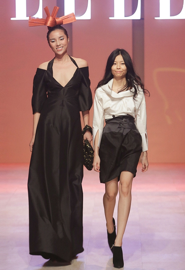 Trong những giây đầu tiên, khán giả không khỏi bất ngờ và suýt không nhận ra Hoa hậu Việt Nam 2014 vì vẻ ngoài quá khác lạ. Dù không phải là người mẫu chuyên nghiệp nhưng Kỳ Duyên vẫn hoàn thành khá tốt vai trò vedette cho bộ sưu tập của Nuchsuda.