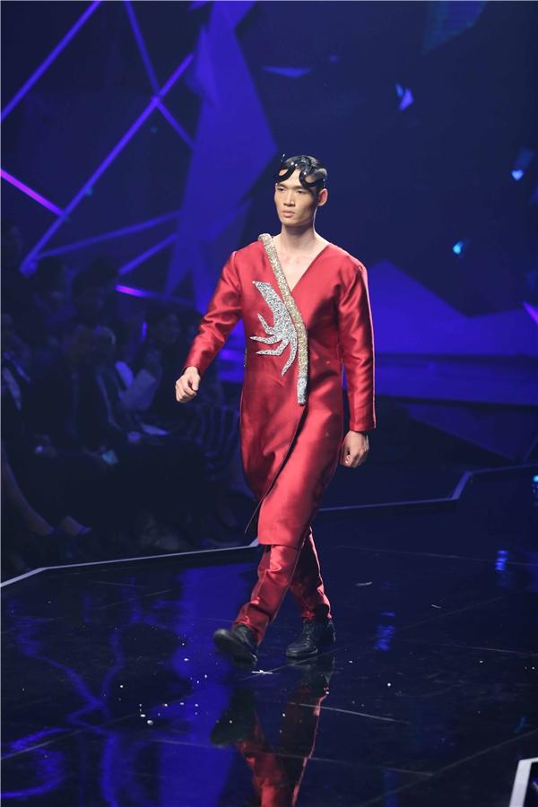 Trong phần thi đầu tiên, 5 thí sinh cùng trình diễn catwalk, đây được xem là một trong những kĩ năng quan trọng nhất của người mẫu. Dù là thí sinh được khán giả cứu nhưng Minh Phong cũng nhanh chóng nói lời chia tay ngôi vị quán quân.