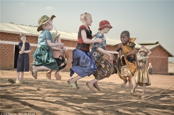 Ởđây, trẻ em được đi học đàng hoàngvà vô tưchơi đùa trong một môi trường không có kìthị hay các mối nguy hiểm đe dọa đến tính mạng.