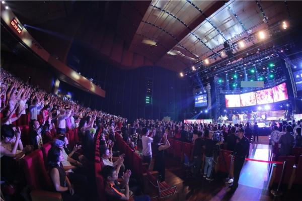 Khán phòng gần 4000 người xem đồng loạt đứng dậy và nhún nhảy theo từng điệu nhạc sôi động của Boney M.