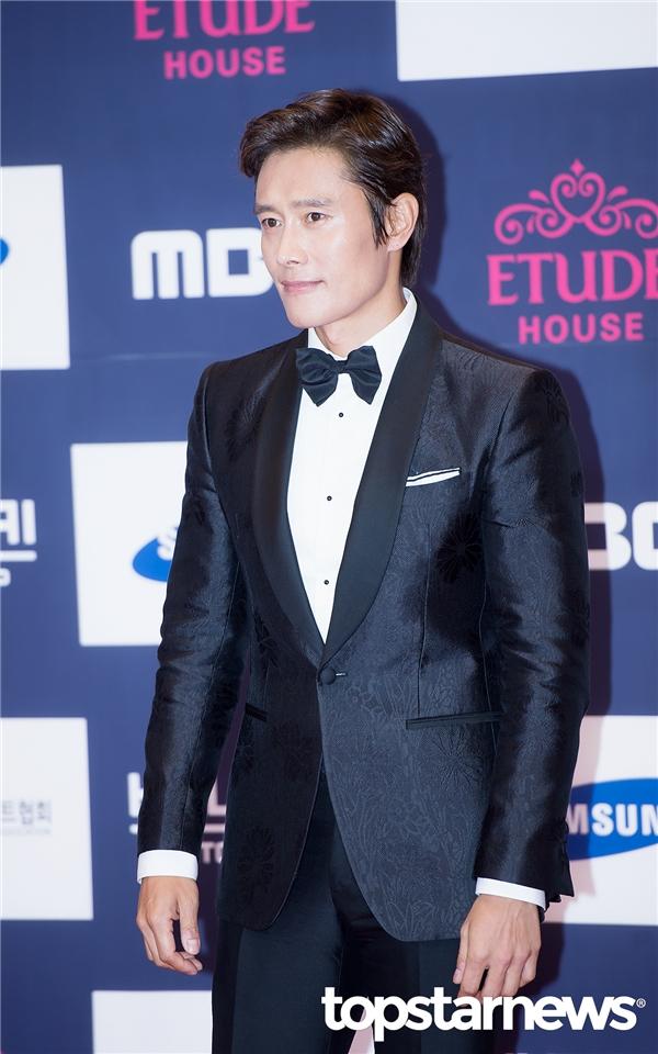 """Đây là một trong những sự kiện hiếm hoi Lee Byung Hun tham gia từ sau scandal ngoại tình ầm ĩ. Dù """"mất điểm"""" trầm trọng trong mắt khán giả song vẫn không thể phủ nhận phong độ cùng tài năng diễn xuất của anh xứng đáng với giải thưởng Ngôi sao toàn cầu."""