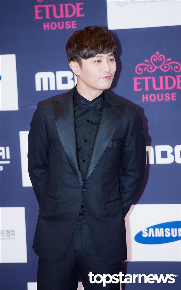 """""""Thượng sĩ"""" Jin Goo cũng lịch lãm và trẻ trung không kém. Tại đây, anh nhận về giải Nam diễn viên phụ xuất sắc nhất."""