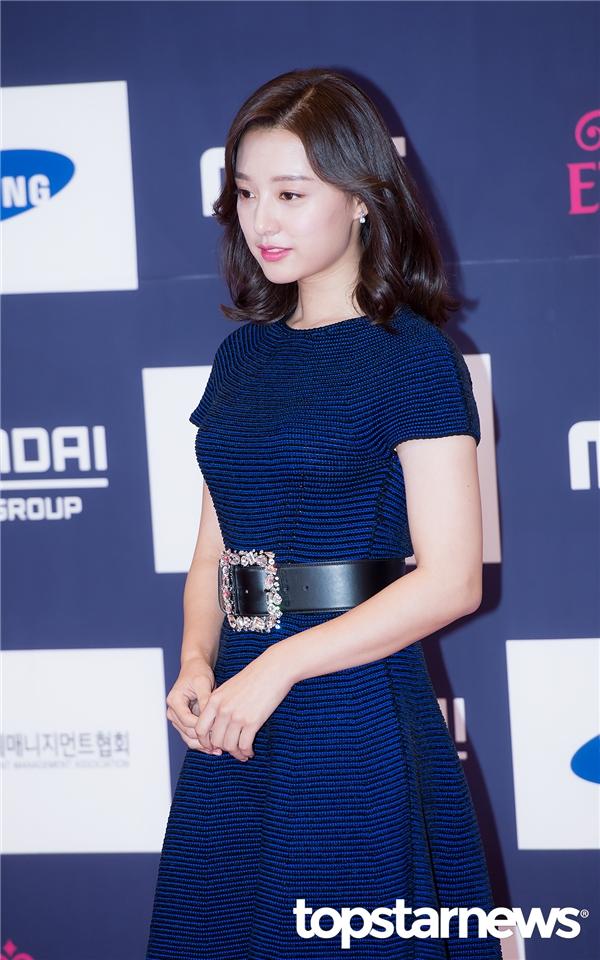 Trong trang phục đơn giản, Kim Ji Won vẫn vô cùng xinh đẹp và lộng lẫy.