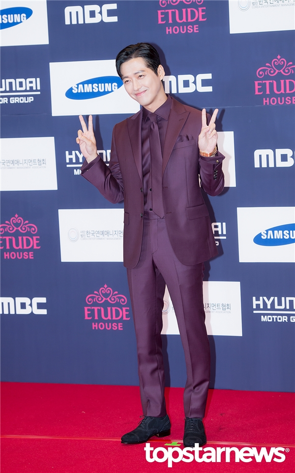"""""""Ác nhân có gương mặt thiên thần"""" Nam Gong Min điển trai nhưng cũng vô cùng nhí nhố trên thảm đỏ."""