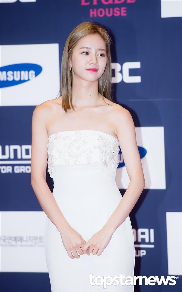 Hyeri (Girl's Day) xinh đẹp khoe vai trần quyến rũ.