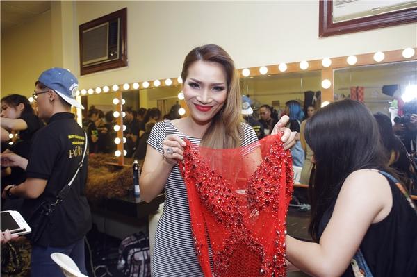 Nữ ca sĩ Hồng Ngọc bày tỏ sự thích thú với trang phục biểu diễn của mình. - Tin sao Viet - Tin tuc sao Viet - Scandal sao Viet - Tin tuc cua Sao - Tin cua Sao