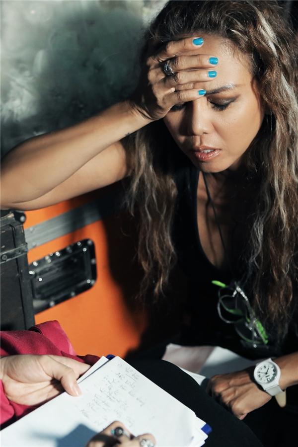 Cựu thành viên nhóm Techno - Thúy Uyên là người đảm nhận vai trò Tổng biên đạo cho các vũ công trong Diamond Show. Cô cùng ê-kíp của mình đã làm việc cật lực để cống hiến cho khán giả những màn vũ đạo đẹp mắt. - Tin sao Viet - Tin tuc sao Viet - Scandal sao Viet - Tin tuc cua Sao - Tin cua Sao
