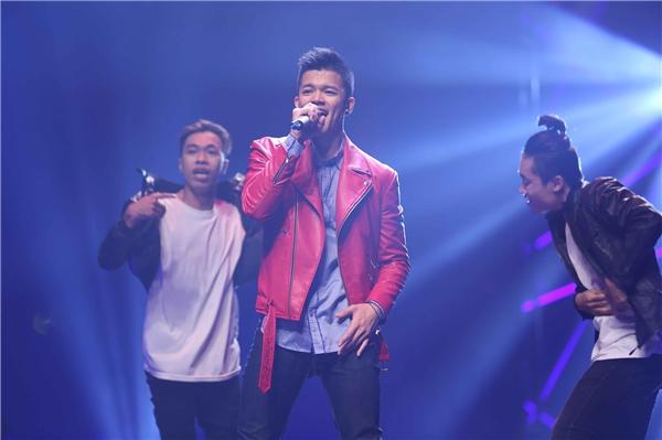 Trọng Hiếu Idol mang đến 2 ca khúc Bước đến bên em và Say ah. Chàng Quán quân Vietnam Idol 2015 tỏ ra không hề kém cạnh đàn chị trong việc khuấy động sân khấu.
